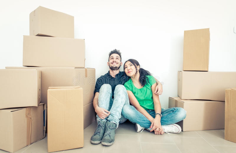Νέο ζεύγος που κινείται στο νέο διαμέρισμα στοκ εικόνες