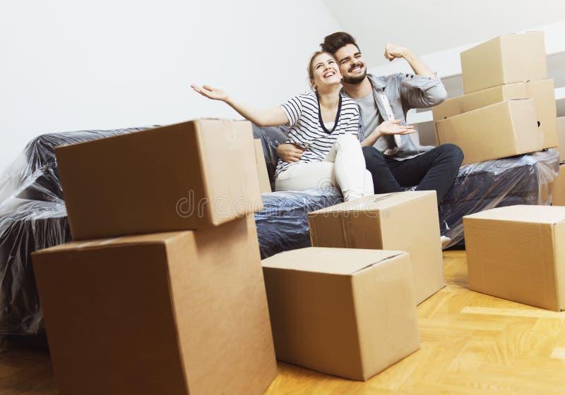 Νέο ζεύγος που κινείται στο νέο σπίτι τους στοκ φωτογραφίες