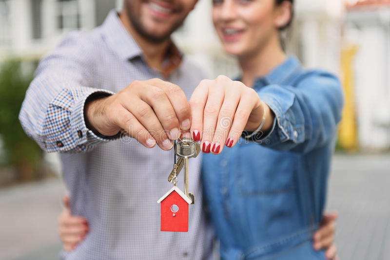 Νέο ζεύγος που κρατά ψηλά τα κλειδιά στοκ φωτογραφία με δικαίωμα ελεύθερης χρήσης