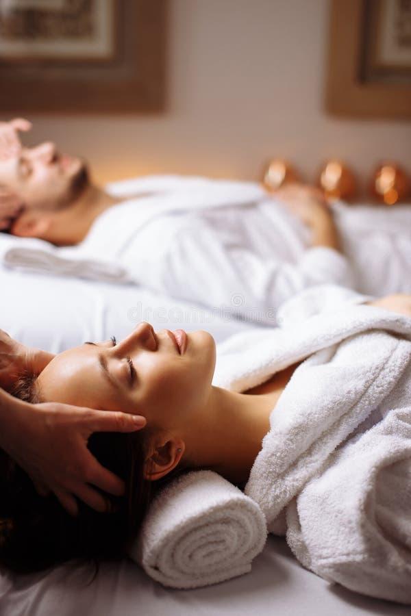 Νέο ζεύγος που λαμβάνει το επικεφαλής μασάζ beauty spa στοκ εικόνες με δικαίωμα ελεύθερης χρήσης