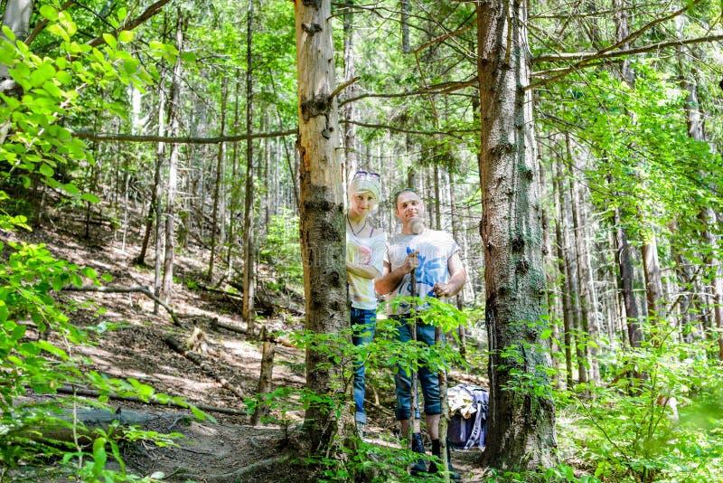 Νέο ζεύγος που με τα σακίδια πλάτης στο δάσος στοκ εικόνες με δικαίωμα ελεύθερης χρήσης