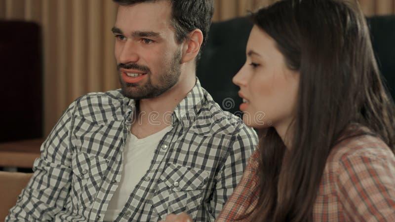 Νέο ζεύγος που μιλά στον καφέ στοκ φωτογραφία