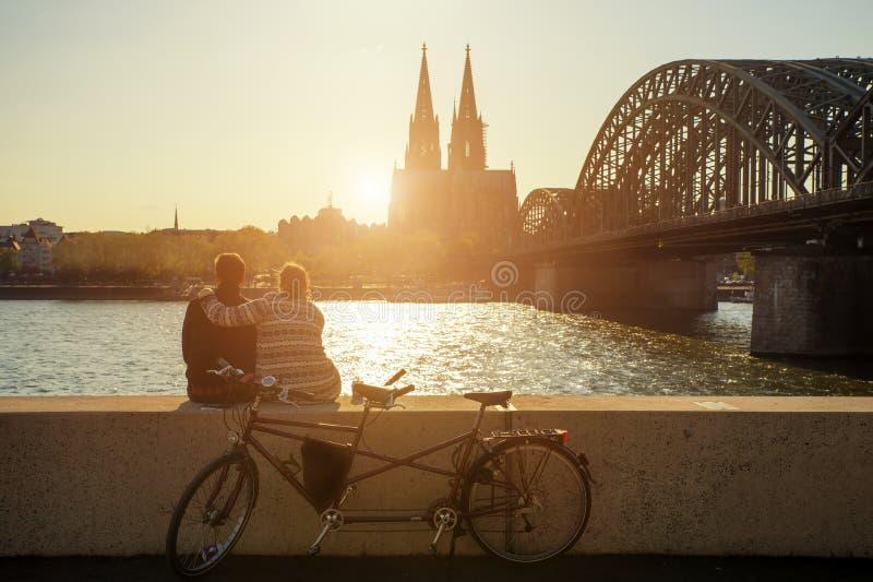 Νέο ζεύγος που ξοδεύει τις διακοπές τους στην Κολωνία, Γερμανία στοκ εικόνες