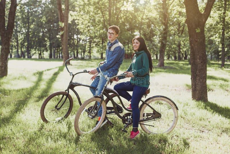 Νέο ζεύγος που οδηγά ένα αναδρομικό ποδήλατο στοκ φωτογραφίες με δικαίωμα ελεύθερης χρήσης