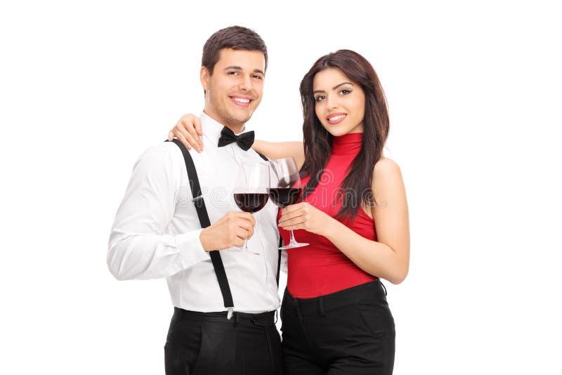 Νέο ζεύγος που πίνει το κόκκινο κρασί από κοινού στοκ φωτογραφία