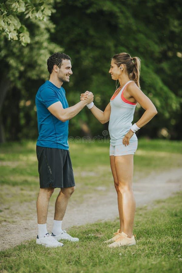 Νέο ζεύγος που παίρνει την άσκηση στοκ εικόνες με δικαίωμα ελεύθερης χρήσης