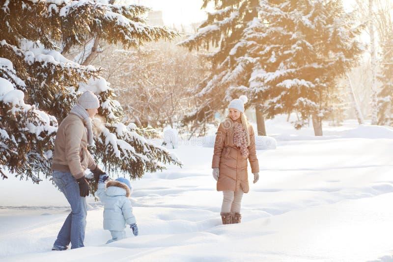 Νέο ζεύγος που περπατά με ένα παιδί στοκ εικόνες