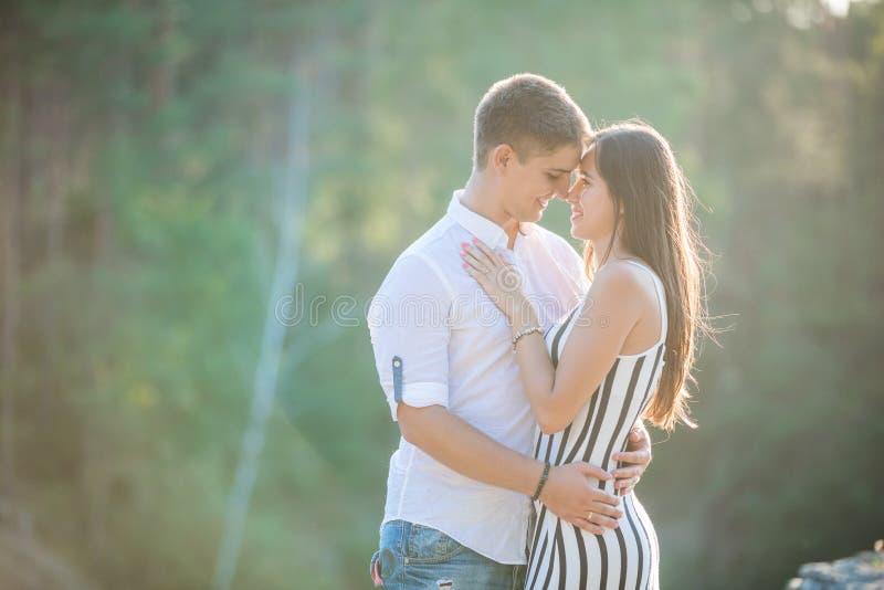 Νέο ζεύγος που πηγαίνει να φιλήσει υπαίθρια στοκ εικόνες με δικαίωμα ελεύθερης χρήσης
