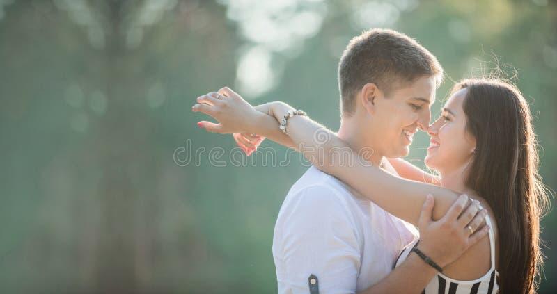 Νέο ζεύγος που πηγαίνει να φιλήσει υπαίθρια στοκ φωτογραφία
