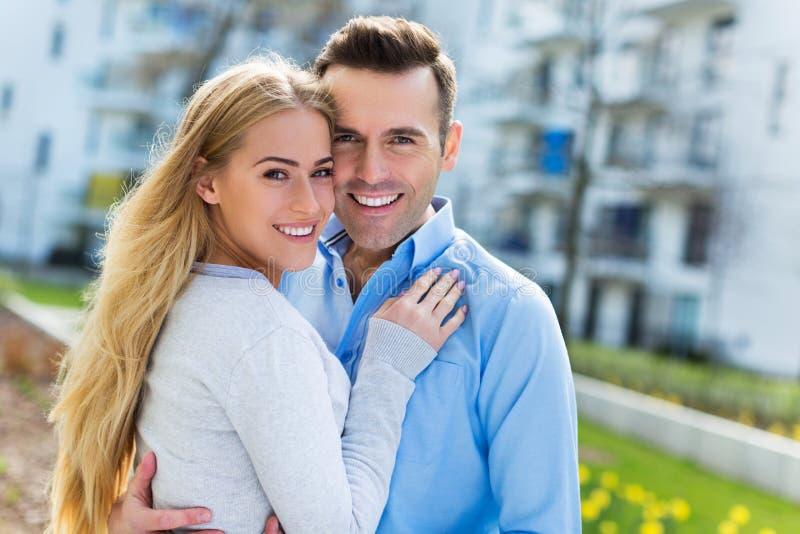 Νέο ζεύγος που χαμογελά υπαίθρια στοκ φωτογραφία