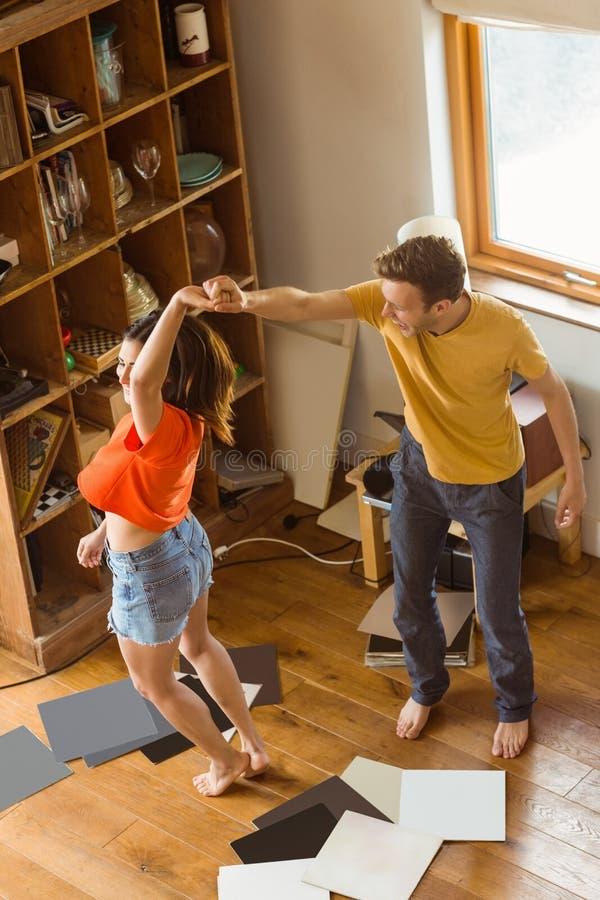 Νέο ζεύγος που χορεύει στα βινυλίου αρχεία στοκ φωτογραφίες