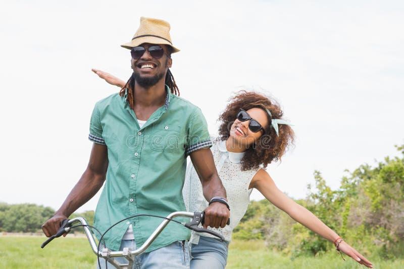 Νέο ζεύγος σε έναν γύρο ποδηλάτων στοκ φωτογραφία με δικαίωμα ελεύθερης χρήσης