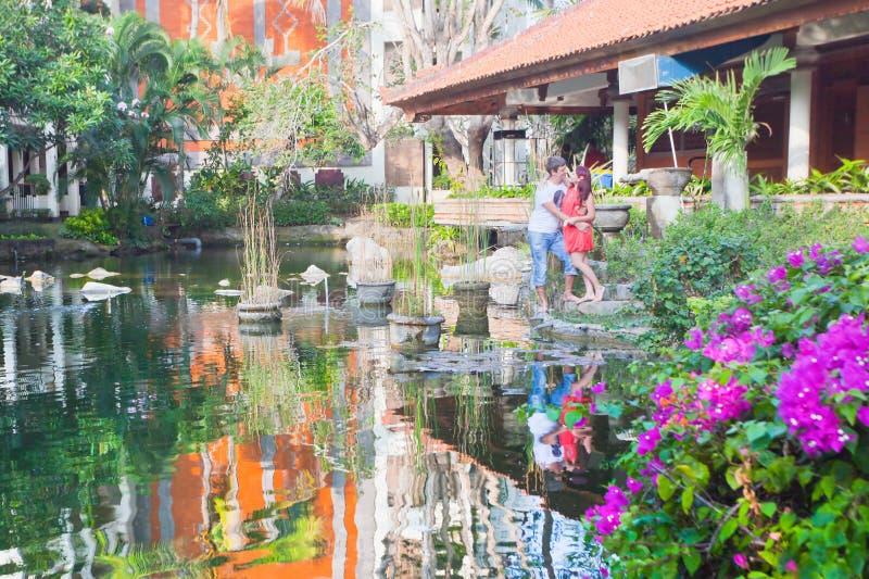 Νέο ζεύγος σε ένα εστιατόριο κοντά στο ξενοδοχείο στοκ φωτογραφίες με δικαίωμα ελεύθερης χρήσης