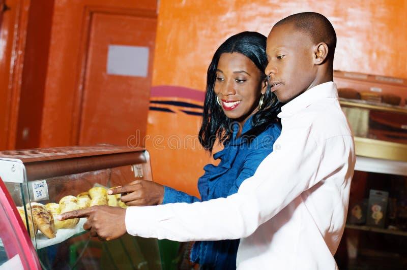 Νέο ζεύγος σε μια ζύμη στοκ φωτογραφία με δικαίωμα ελεύθερης χρήσης