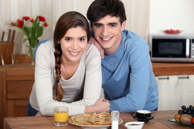 Νέο ζεύγος σε μια κουζίνα στοκ φωτογραφία με δικαίωμα ελεύθερης χρήσης