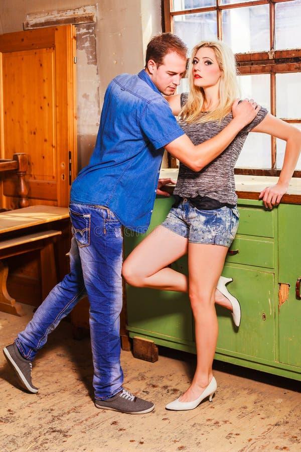 Νέο ζεύγος σε μια τεντωμένη σχέση στοκ εικόνα με δικαίωμα ελεύθερης χρήσης