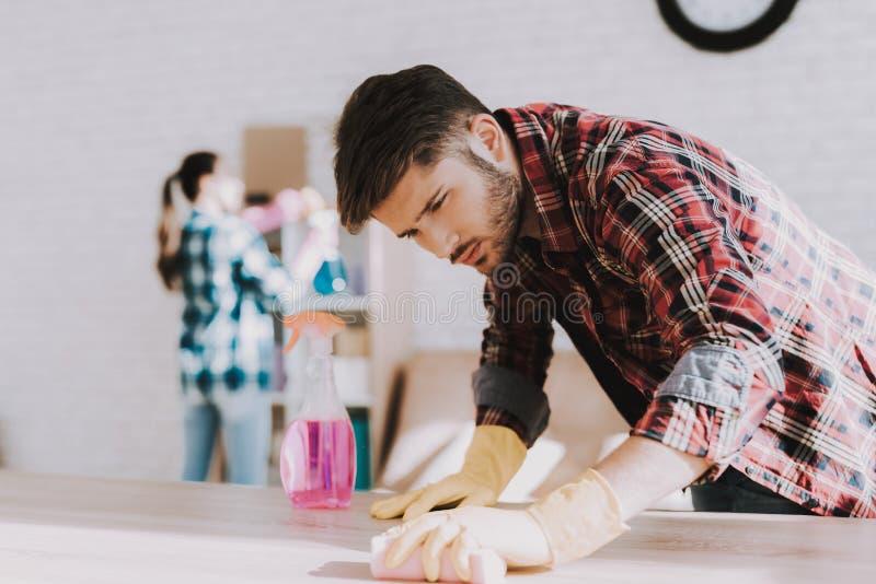 Νέο ζεύγος στα ελεγμένα πουκάμισα που καθαρίζουν το δωμάτιο στοκ εικόνες με δικαίωμα ελεύθερης χρήσης