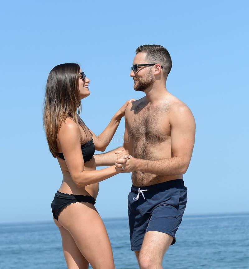 Νέο ζεύγος στην αμμώδη παραλία στοκ εικόνες