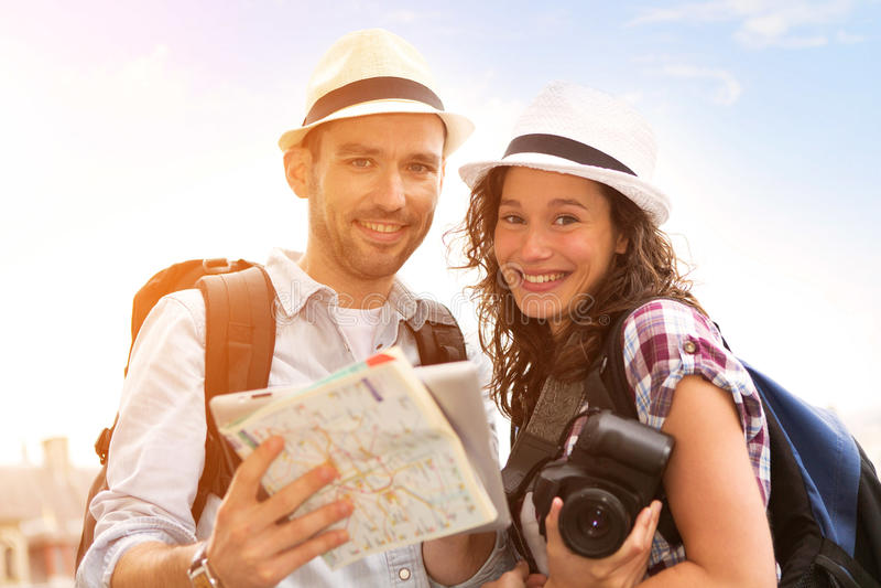 Νέο ζεύγος στις διακοπές που παίρνουν selfie στοκ εικόνες