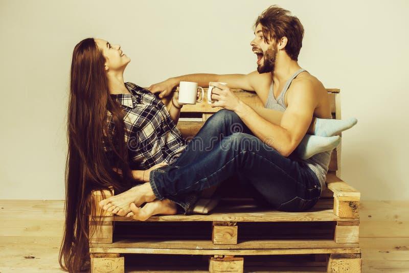 νέο ζεύγος στον ξύλινο καναπέ στοκ εικόνες