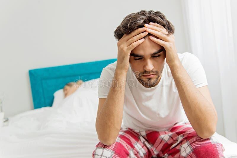 Νέο ζεύγος στο κρεβάτι  προβλήματα στην κρεβατοκάμαρα στοκ φωτογραφίες