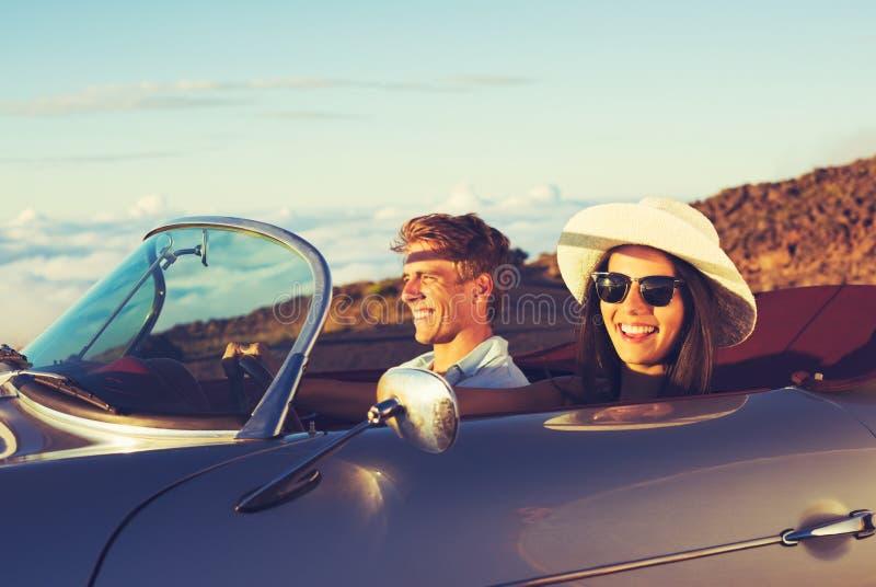 Νέο ζεύγος στο κλασικό εκλεκτής ποιότητας αθλητικό αυτοκίνητο στοκ φωτογραφία με δικαίωμα ελεύθερης χρήσης