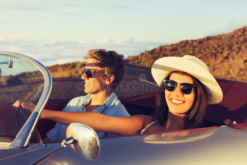 Νέο ζεύγος στο κλασικό εκλεκτής ποιότητας αθλητικό αυτοκίνητο στοκ φωτογραφίες με δικαίωμα ελεύθερης χρήσης