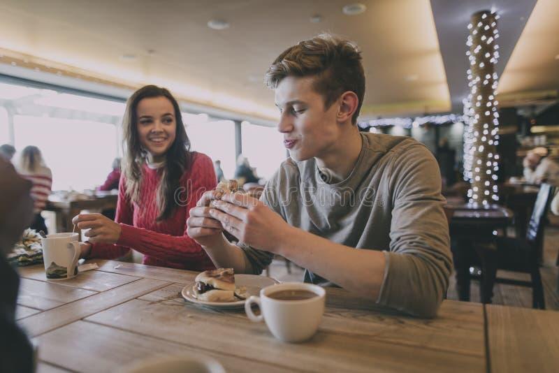 Νέο ζεύγος στο χειμερινό καφέ στοκ φωτογραφία με δικαίωμα ελεύθερης χρήσης