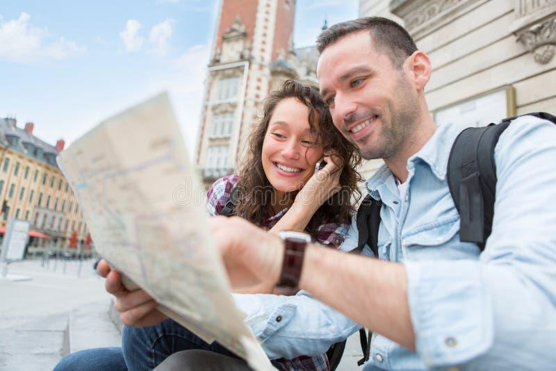 Νέο ζεύγος των τουριστών που κρατούν μια δραστηριότητα στοκ φωτογραφία με δικαίωμα ελεύθερης χρήσης