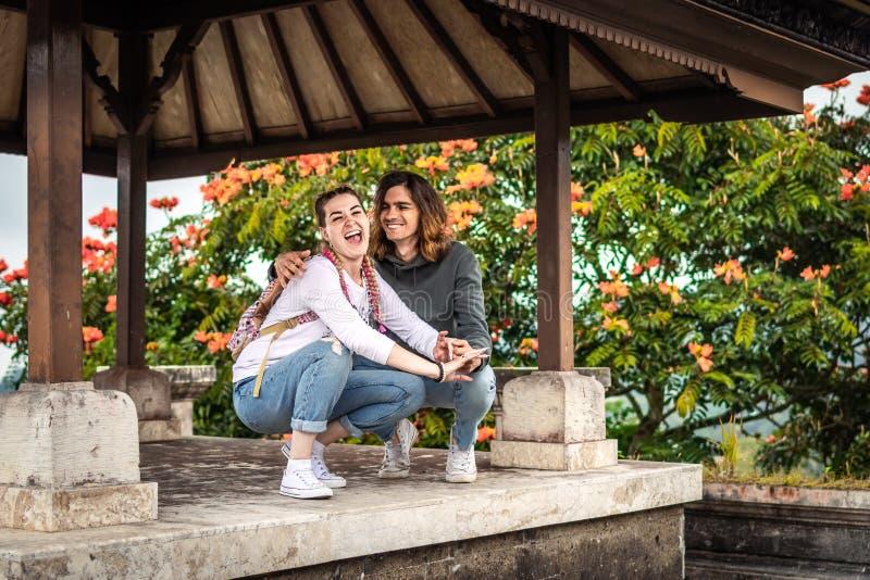 Νέο ζεύγος των τουριστών στο εγκαταλειμμένο ξενοδοχείο στο Βορρά του νησιού του Μπαλί, Ινδονησία στοκ εικόνες