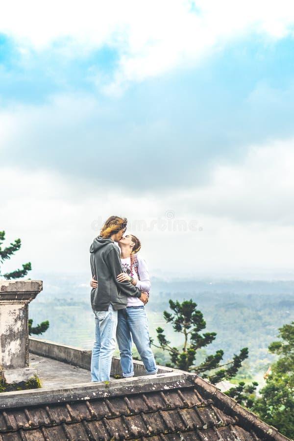 Νέο ζεύγος των τουριστών στο εγκαταλειμμένο ξενοδοχείο στο Βορρά του νησιού του Μπαλί, Ινδονησία στοκ εικόνες με δικαίωμα ελεύθερης χρήσης