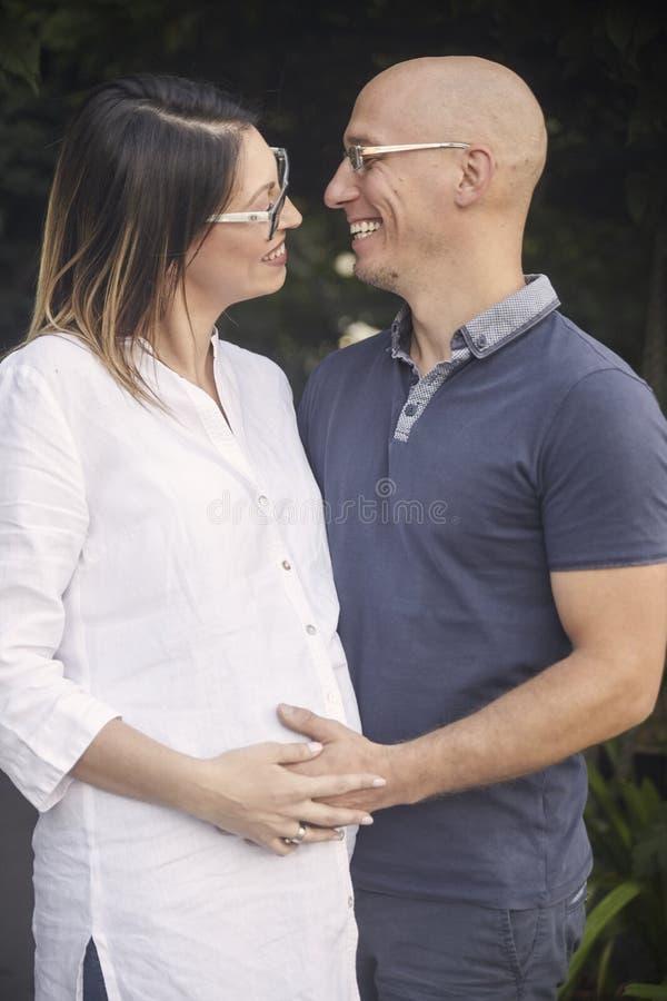 Νέο ζεύγος, χέρια εκμετάλλευσης ανδρών στο έγκυο στομάχι γυναικών, στοκ εικόνες με δικαίωμα ελεύθερης χρήσης
