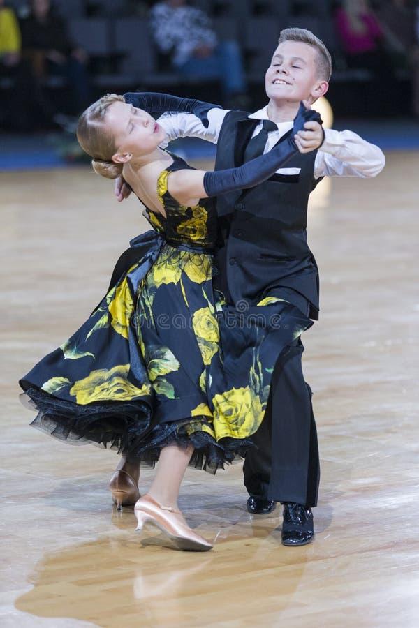 Νέο ζεύγος χορού που εκτελεί το ευρωπαϊκό πρόγραμμα στοκ εικόνες