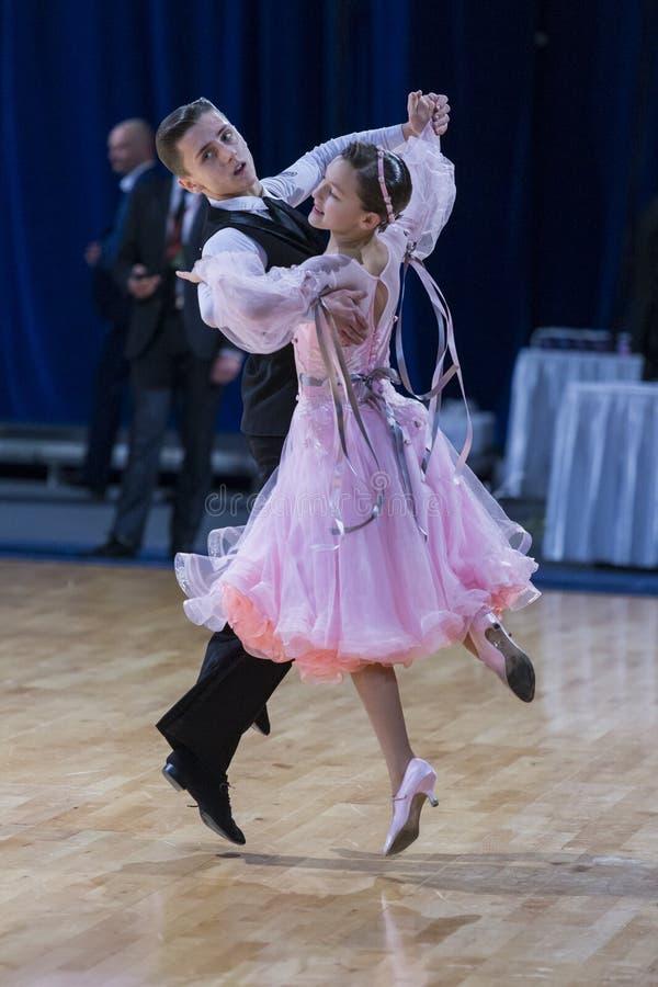 Νέο ζεύγος χορού που εκτελεί το ευρωπαϊκό πρόγραμμα στοκ φωτογραφία με δικαίωμα ελεύθερης χρήσης