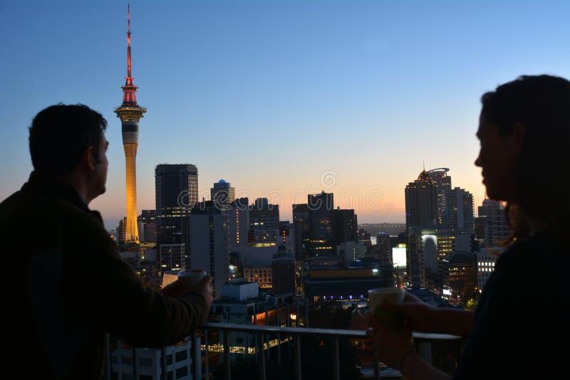 Νέο ζεύγος Zealanders που έχει ένα ζεστό ποτό ενάντια στην πόλη s του Ώκλαντ στοκ εικόνα με δικαίωμα ελεύθερης χρήσης