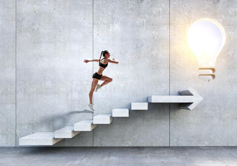 Νέο θηλυκό αθλητών που αναρριχείται στα σκαλοπάτια πετρών που επεξηγούν την ανάπτυξη σταδιοδρομίας και την έννοια επιτυχίας r στοκ φωτογραφία με δικαίωμα ελεύθερης χρήσης