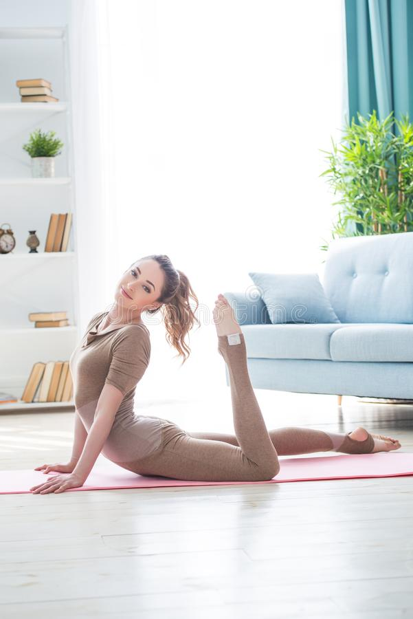 Νέο θηλυκό γυναικών ικανότητας όμορφο που κάνει την εκτροπή και τη γιόγκα αθλητικής άσκησης workout στο χαλί το πρωί Υγιής τρόπος στοκ εικόνα με δικαίωμα ελεύθερης χρήσης