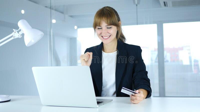 Νέο θηλυκό που διεγείρεται για την επιτυχή σε απευθείας σύνδεση συναλλαγή, πληρωμή από την πιστωτική κάρτα στοκ εικόνες