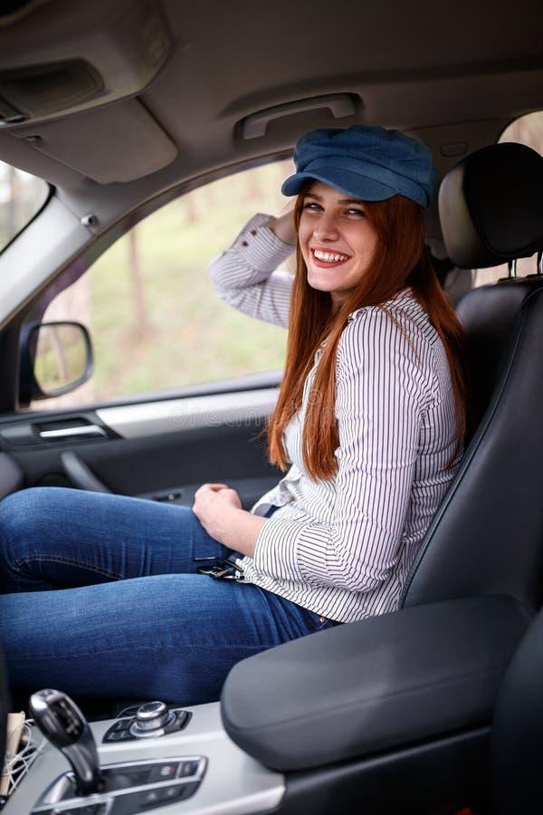 Νέο θηλυκό στο ταξίδι αυτοκινήτων στοκ φωτογραφία με δικαίωμα ελεύθερης χρήσης