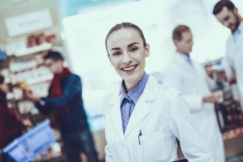 Νέο θηλυκό χαμόγελο φαρμακοποιών στοκ φωτογραφίες