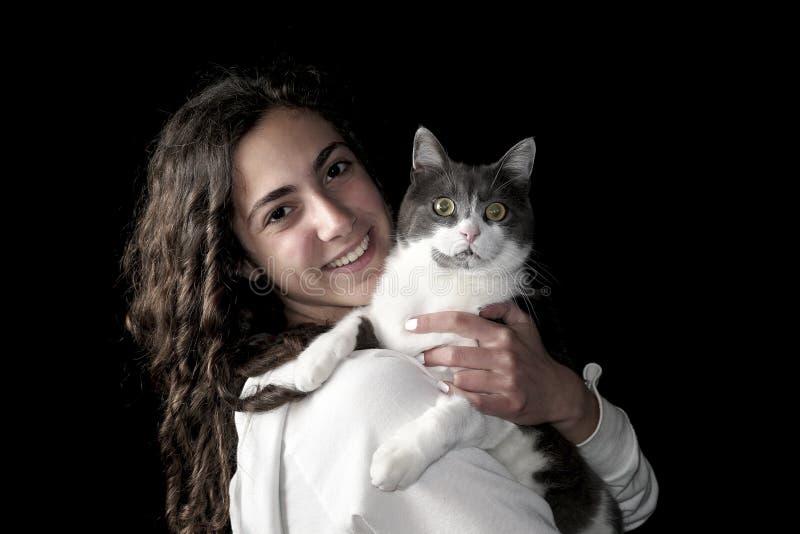 Νέο θηλυκό με τη γάτα στοκ εικόνα με δικαίωμα ελεύθερης χρήσης