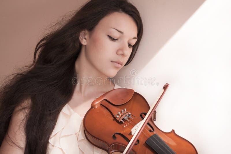 Νέο θηλυκό με το βιολί στοκ φωτογραφία