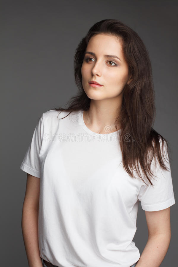Νέο θηλυκό πρότυπο στην άσπρη μπλούζα στοκ φωτογραφία με δικαίωμα ελεύθερης χρήσης