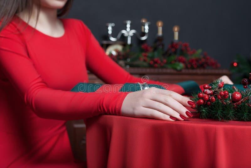 Νέο θηλυκό στο κόκκινο φόρεμα, κινηματογράφηση σε πρώτο πλάνο χεριών στοκ φωτογραφία με δικαίωμα ελεύθερης χρήσης