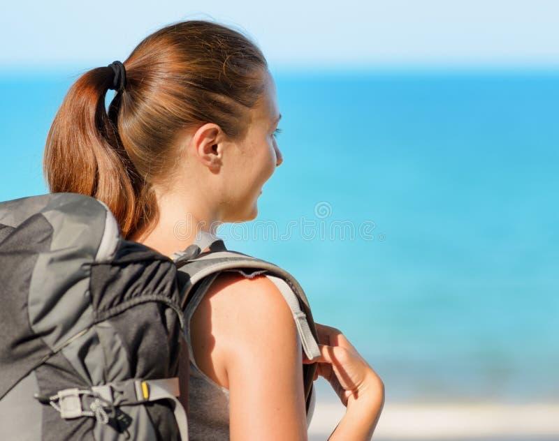 Νέο θηλυκό backpacker σε μια παραλία στοκ φωτογραφίες με δικαίωμα ελεύθερης χρήσης
