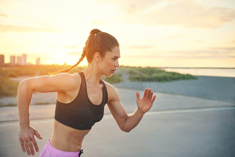 Νέο θηλυκό sprinter που κάνει τις χρονικές δοκιμές στοκ εικόνες με δικαίωμα ελεύθερης χρήσης