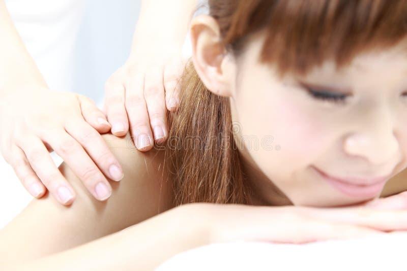 Νέο ιαπωνικό μασάζ ώμων γυναικών receves στοκ φωτογραφίες