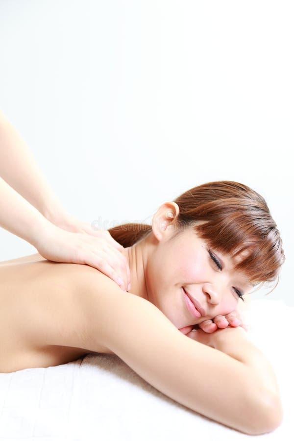 Νέο ιαπωνικό μασάζ ώμων γυναικών receves στοκ εικόνα με δικαίωμα ελεύθερης χρήσης