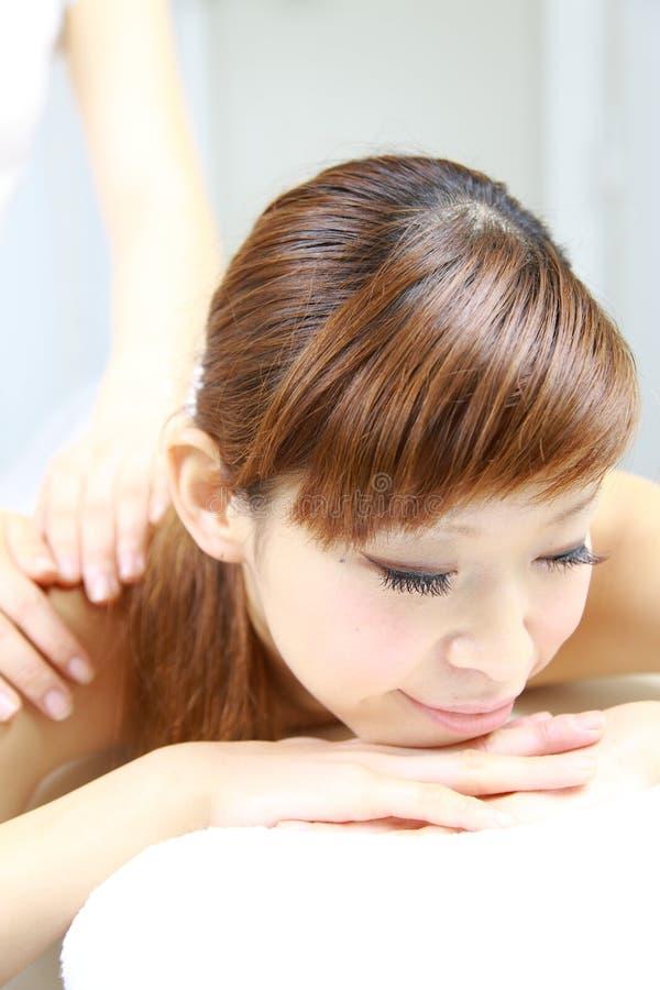 Νέο ιαπωνικό μασάζ ώμων γυναικών receves στοκ εικόνα