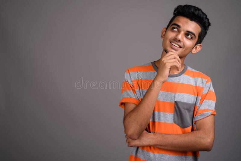 Νέο ινδικό άτομο στο γκρίζο κλίμα στοκ φωτογραφία με δικαίωμα ελεύθερης χρήσης